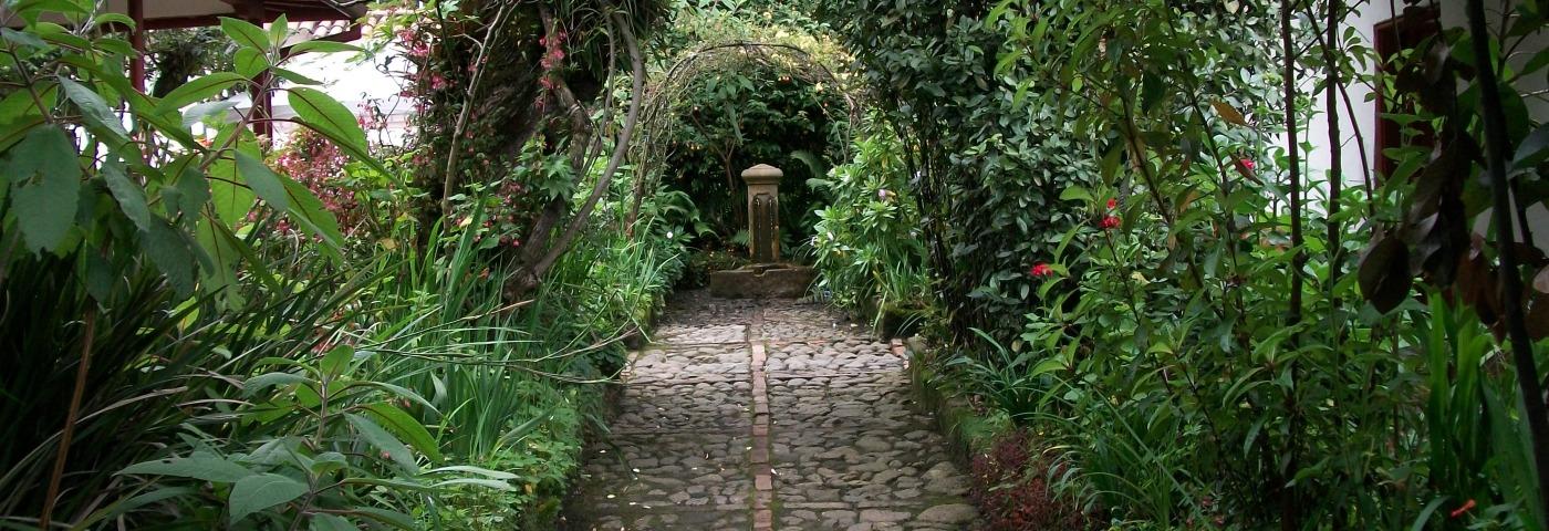 Arcos_vegetales_en_el_jardín_de_la_Quinta_de_Bolívar-1400x480